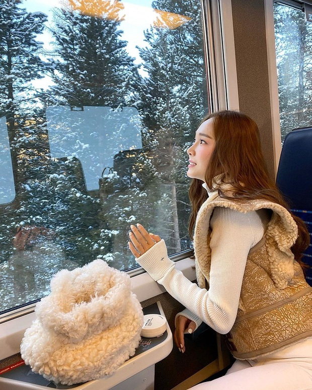 Mùa đông sang chảnh của công chúa băng giá Jessica ở trời Tây: Sáng check in view khủng, chiều trượt tuyết nhìn mà mê - Ảnh 2.