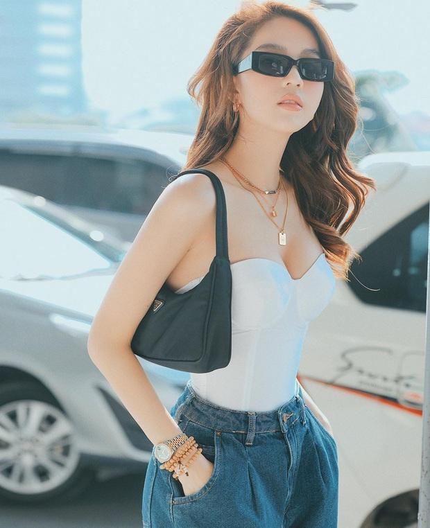 Street style sao Việt: Huyền Lizzie - Sĩ Thanh dẫn đầu bảng nhờ combo crop top - jeans xanh vừa cá tính lại hết sức sexy - Ảnh 2.