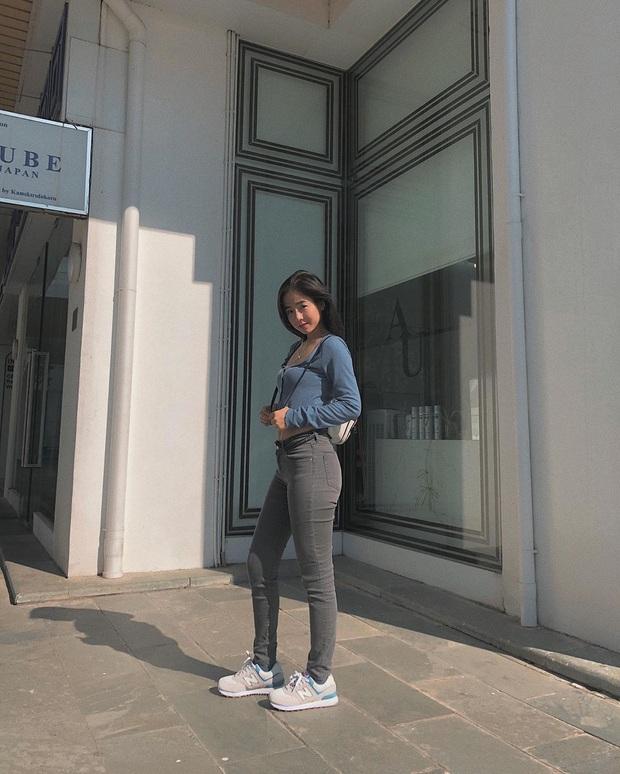 Street style sao Việt: Huyền Lizzie - Sĩ Thanh dẫn đầu bảng nhờ combo crop top - jeans xanh vừa cá tính lại hết sức sexy - Ảnh 15.