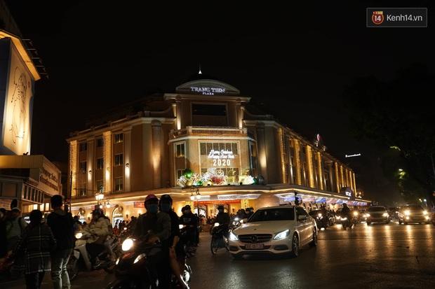 Giới trẻ Hà Nội đổ xô ra đường đi chơi và check in đêm Noel: FA hay không thì vẫn cứ là vui nhé! - Ảnh 6.