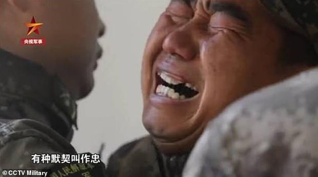 Hình ảnh anh lính khóc nức nở ôm người đồng đội chó sắp qua đời khiến ai xem xong cũng không thể kìm nổi nước mắt - Ảnh 3.