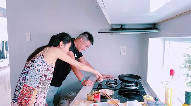 Khi Thuỷ Tiên nấu bữa sáng cho chồng: làm bò né thôi mà dùng đến nguyên liệu của 5 nước - Ảnh 6.