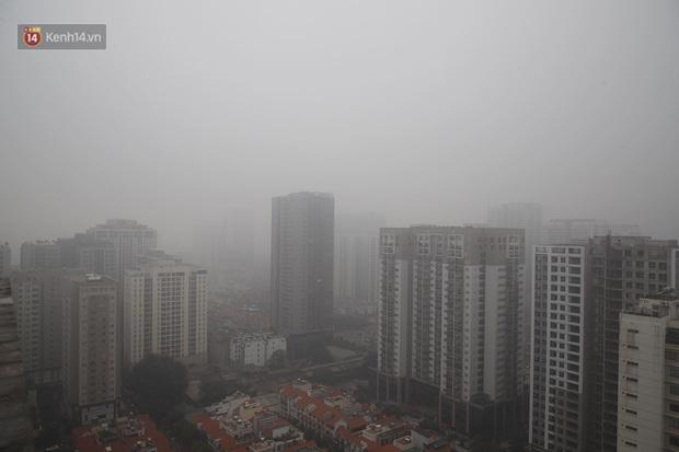 Hà Nội: Sương mù bao phủ dày đặc khiến nhiều tòa nhà cao tầng bất ngờ biến mất, người dân đi lại khó khăn - Ảnh 9.