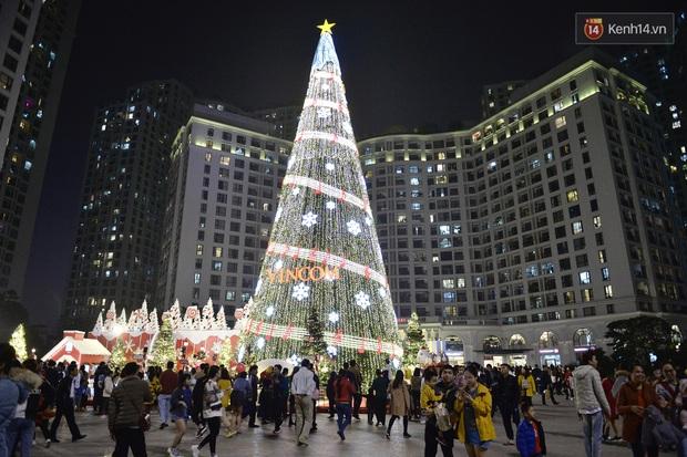 Giới trẻ Hà Nội đổ xô ra đường đi chơi và check in đêm Noel: FA hay không thì vẫn cứ là vui nhé! - Ảnh 11.