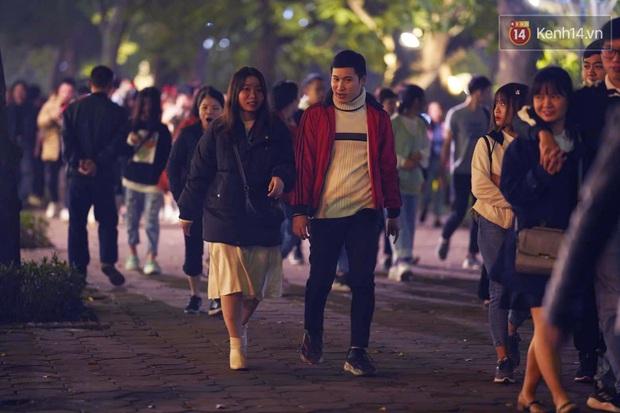 Giới trẻ Hà Nội đổ xô ra đường đi chơi và check in đêm Noel: FA hay không thì vẫn cứ là vui nhé! - Ảnh 9.
