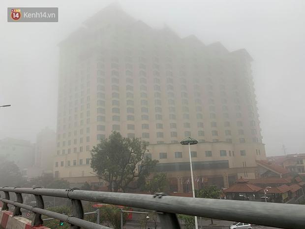 Hà Nội: Sương mù bao phủ dày đặc khiến nhiều tòa nhà cao tầng bất ngờ biến mất, người dân đi lại khó khăn - Ảnh 1.