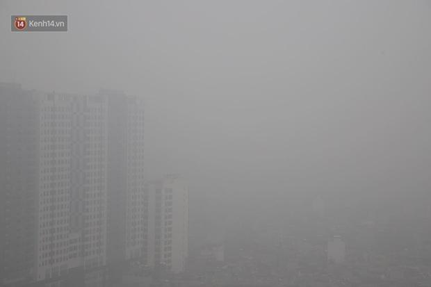 Hà Nội: Sương mù bao phủ dày đặc khiến nhiều tòa nhà cao tầng bất ngờ biến mất, người dân đi lại khó khăn - Ảnh 10.
