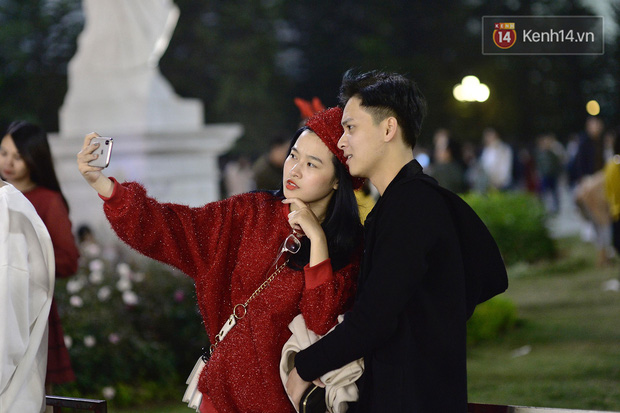 Giới trẻ Hà Nội đổ xô ra đường đi chơi và check in đêm Noel: FA hay không thì vẫn cứ là vui nhé! - Ảnh 12.