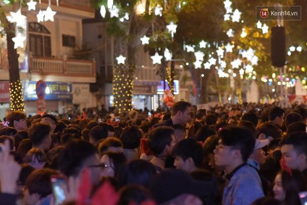 Bức ảnh minh chứng rõ nhất về độ chịu chơi của người dân Hà Nội: Đêm Noel đông đến mấy cũng ra đường! - Ảnh 10.