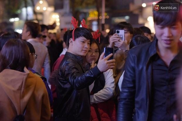 Bức ảnh minh chứng rõ nhất về độ chịu chơi của người dân Hà Nội: Đêm Noel đông đến mấy cũng ra đường! - Ảnh 9.