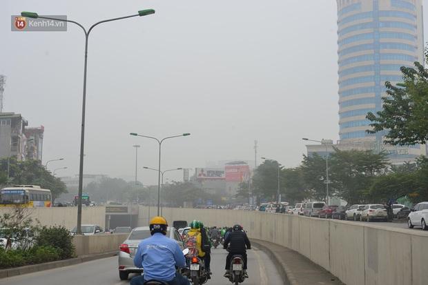 Hà Nội: Sương mù bao phủ dày đặc khiến nhiều tòa nhà cao tầng bất ngờ biến mất, người dân đi lại khó khăn - Ảnh 6.