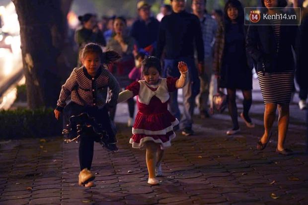 Bức ảnh minh chứng rõ nhất về độ chịu chơi của người dân Hà Nội: Đêm Noel đông đến mấy cũng ra đường! - Ảnh 11.