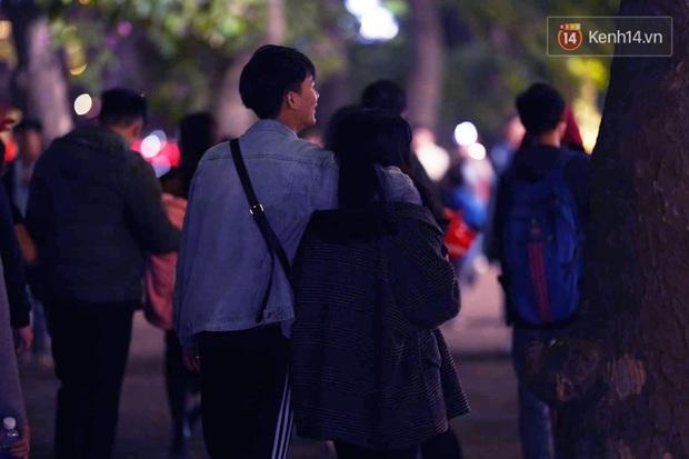 Giới trẻ Hà Nội đổ xô ra đường đi chơi và check in đêm Noel: FA hay không thì vẫn cứ là vui nhé! - Ảnh 8.