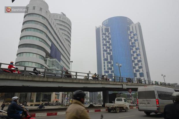 Hà Nội: Sương mù bao phủ dày đặc khiến nhiều tòa nhà cao tầng bất ngờ biến mất, người dân đi lại khó khăn - Ảnh 7.