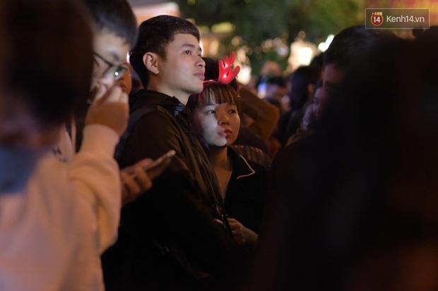 Bức ảnh minh chứng rõ nhất về độ chịu chơi của người dân Hà Nội: Đêm Noel đông đến mấy cũng ra đường! - Ảnh 8.