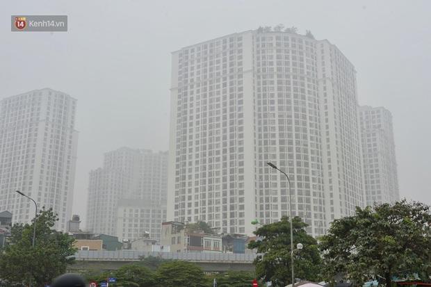 Hà Nội: Sương mù bao phủ dày đặc khiến nhiều tòa nhà cao tầng bất ngờ biến mất, người dân đi lại khó khăn - Ảnh 4.