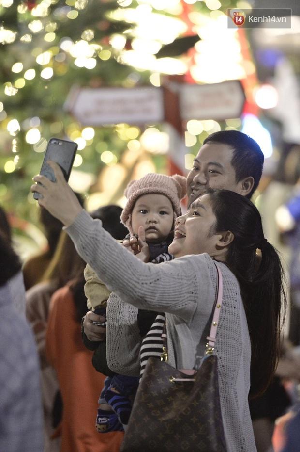 Bức ảnh minh chứng rõ nhất về độ chịu chơi của người dân Hà Nội: Đêm Noel đông đến mấy cũng ra đường! - Ảnh 13.