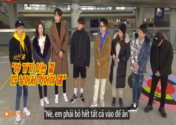 """Các thành viên Running Man Hàn """"lú lẫn"""" vì loại rau thơm khi ăn kèm với phở ở Việt Nam, chú Ji Suk Jin còn bị một vố """"quê độ"""" - Ảnh 3."""