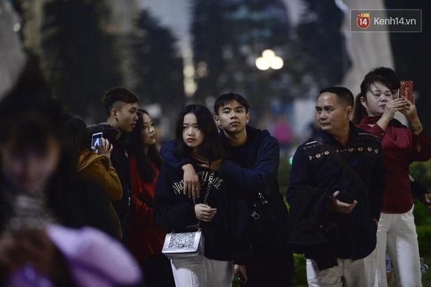 Bức ảnh minh chứng rõ nhất về độ chịu chơi của người dân Hà Nội: Đêm Noel đông đến mấy cũng ra đường! - Ảnh 12.