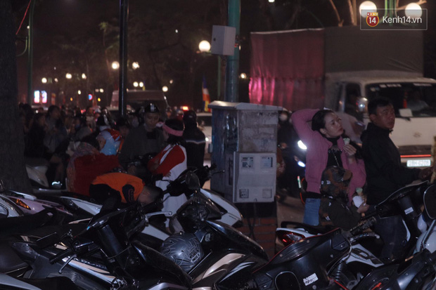 Giới trẻ Hà Nội đổ xô ra đường đi chơi và check in đêm Noel: FA hay không thì vẫn cứ là vui nhé! - Ảnh 19.