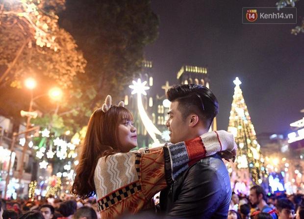 Chùm ảnh: Giáng sinh rồi, còn chần chờ gì mà không trao nhau những cái ôm và nụ hôn thật ấm! - Ảnh 4.