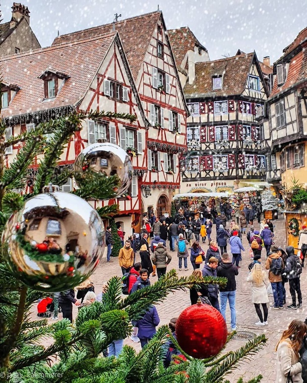 Đang ngỡ ngàng vì loạt ảnh Giáng sinh lung linh ở ngôi làng Pháp cổ, đến khi nhìn khung cảnh ngoài đời mới thấy thực tế quá đỗi éo le - Ảnh 8.