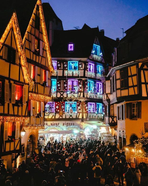 Đang ngỡ ngàng vì loạt ảnh Giáng sinh lung linh ở ngôi làng Pháp cổ, đến khi nhìn khung cảnh ngoài đời mới thấy thực tế quá đỗi éo le - Ảnh 14.