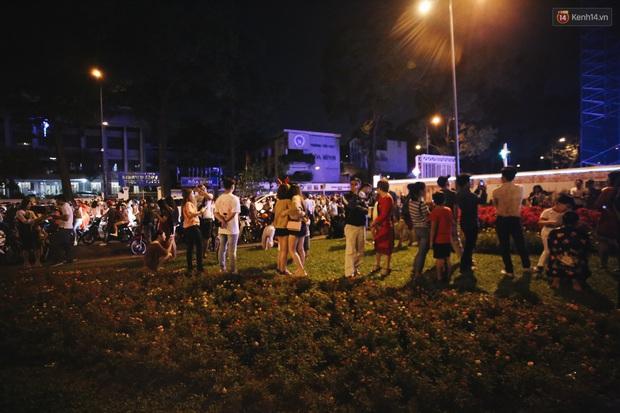 Bất chấp biển cấm, người dân vẫn giẫm đạp lên vườn hoa trước Nhà thờ Đức Bà trong đêm Noel ở Sài Gòn - Ảnh 5.