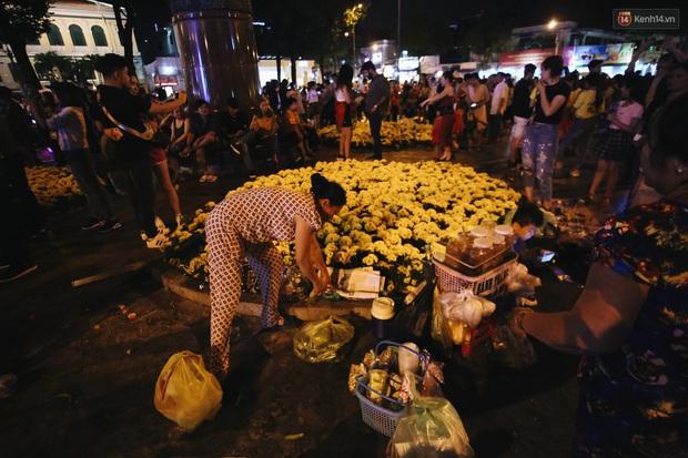 Bất chấp biển cấm, người dân vẫn giẫm đạp lên vườn hoa trước Nhà thờ Đức Bà trong đêm Noel ở Sài Gòn - Ảnh 6.