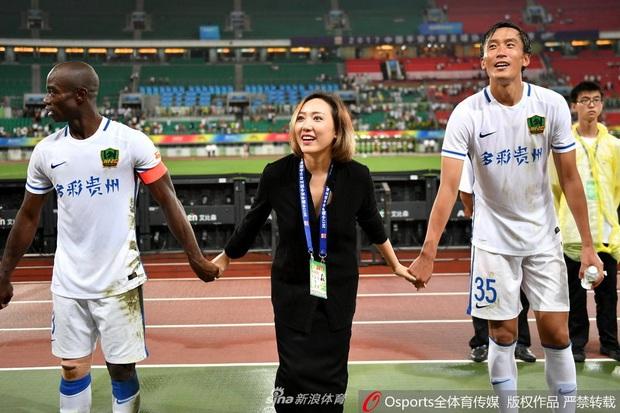 Bà chủ quyền lực, xinh đẹp bậc nhất bóng đá Trung Quốc chuyển mình khó tin sau chỉ 2 năm: Từ yểu điệu khép kín đến nữ hoàng thể thao khỏe khoắn, hút hồn đấng mày râu - Ảnh 1.