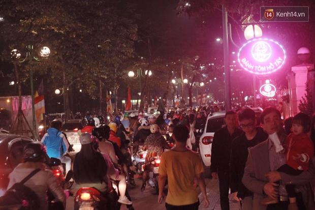 Giới trẻ Hà Nội đổ xô ra đường đi chơi và check in đêm Noel: FA hay không thì vẫn cứ là vui nhé! - Ảnh 17.