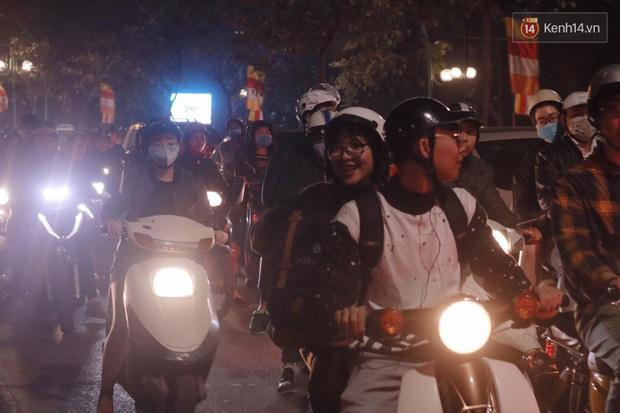 Giới trẻ Hà Nội đổ xô ra đường đi chơi và check in đêm Noel: FA hay không thì vẫn cứ là vui nhé! - Ảnh 18.