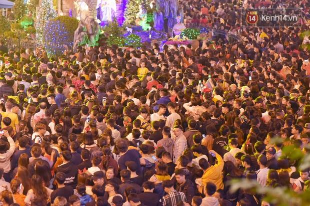 Bức ảnh minh chứng rõ nhất về độ chịu chơi của người dân Hà Nội: Đêm Noel đông đến mấy cũng ra đường! - Ảnh 1.