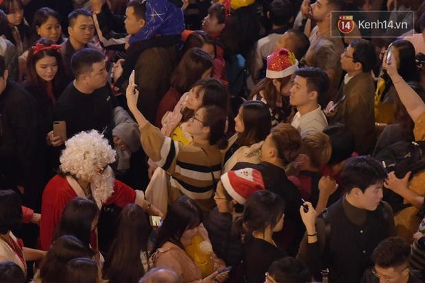 Bức ảnh minh chứng rõ nhất về độ chịu chơi của người dân Hà Nội: Đêm Noel đông đến mấy cũng ra đường! - Ảnh 5.