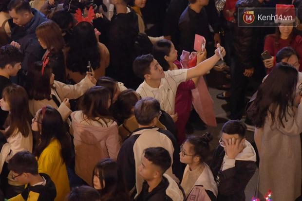 Bức ảnh minh chứng rõ nhất về độ chịu chơi của người dân Hà Nội: Đêm Noel đông đến mấy cũng ra đường! - Ảnh 4.