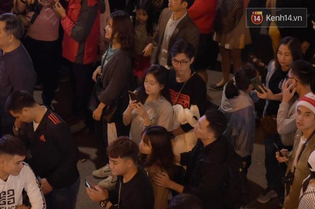 Bức ảnh minh chứng rõ nhất về độ chịu chơi của người dân Hà Nội: Đêm Noel đông đến mấy cũng ra đường! - Ảnh 3.