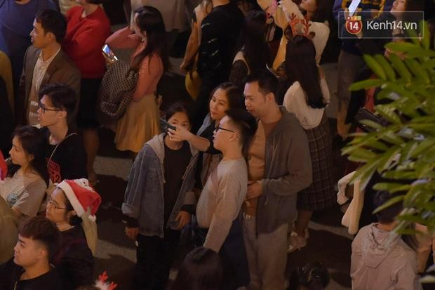 Bức ảnh minh chứng rõ nhất về độ chịu chơi của người dân Hà Nội: Đêm Noel đông đến mấy cũng ra đường! - Ảnh 2.