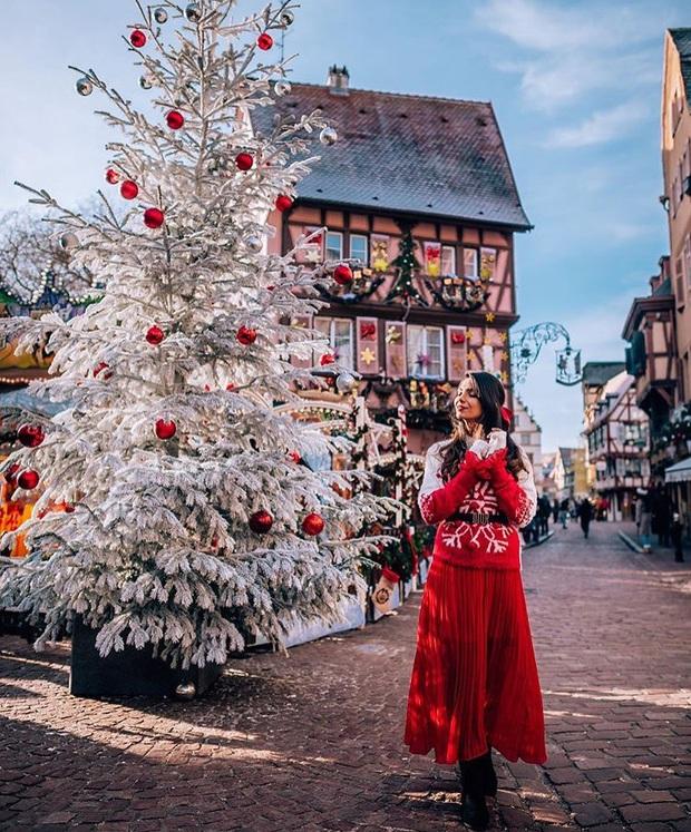 Đang ngỡ ngàng vì loạt ảnh Giáng sinh lung linh ở ngôi làng Pháp cổ, đến khi nhìn khung cảnh ngoài đời mới thấy thực tế quá đỗi éo le - Ảnh 2.
