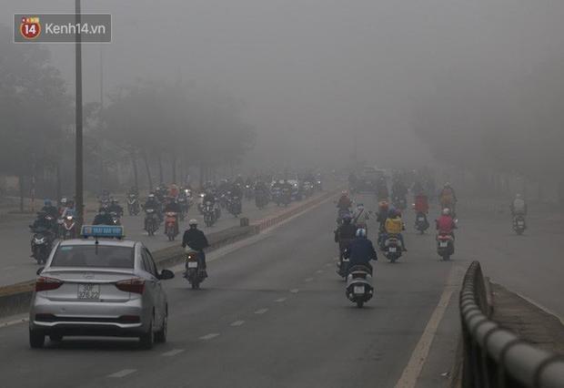 Hà Nội: Sương mù bao phủ dày đặc khiến nhiều tòa nhà cao tầng bất ngờ biến mất, người dân đi lại khó khăn - Ảnh 3.