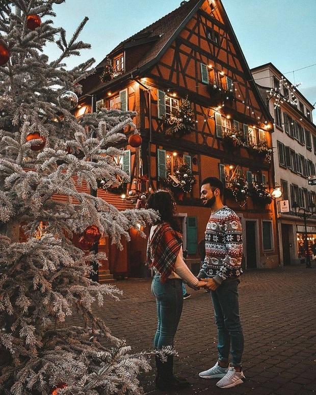 Đang ngỡ ngàng vì loạt ảnh Giáng sinh lung linh ở ngôi làng Pháp cổ, đến khi nhìn khung cảnh ngoài đời mới thấy thực tế quá đỗi éo le - Ảnh 1.