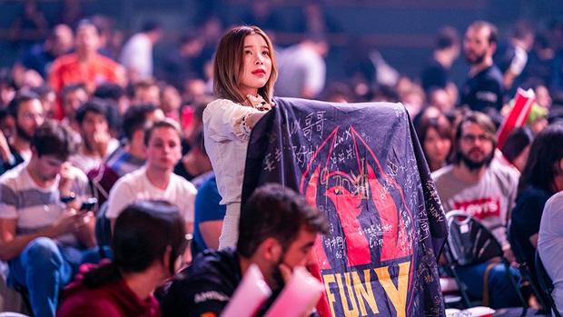 Chẳng cần lên sân khấu, những bóng hồng sau cánh gà Liên Minh Huyền Thoại vẫn khiến fan phải ráo riết săn info - Ảnh 1.