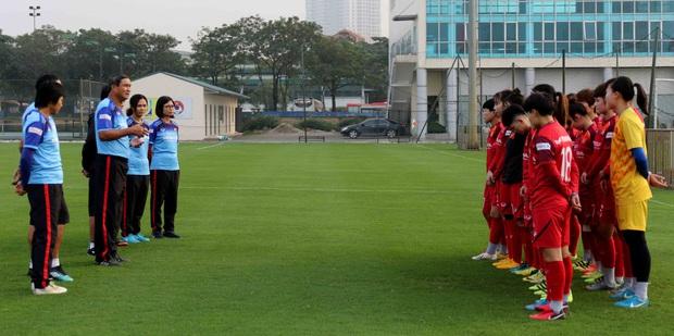 Tiền thưởng chưa đến tay, các tuyển thủ nữ Việt Nam vẫn lao vào tập luyện giữa trời giá lạnh chuẩn bị cho vòng loại 3 Olympic Tokyo 2020 - Ảnh 1.