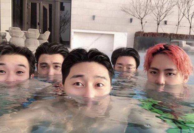 Hiếm có nhóm bạn thân nào như hội Park Seo Joon, V (BTS) và dàn tài tử: Dính nhau mọi dịp lễ, Noel lại gây bão vì ảnh hẹn hò - Ảnh 6.
