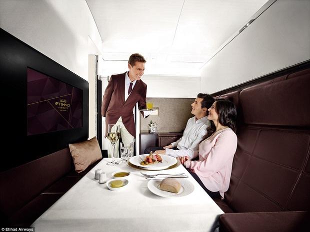 """Khoang máy bay có giá vé """"đắt nhất hành tinh"""" chỉ dành riêng cho giới siêu giàu và người nổi tiếng, xem ảnh chỉ biết choáng ngợp - Ảnh 1."""