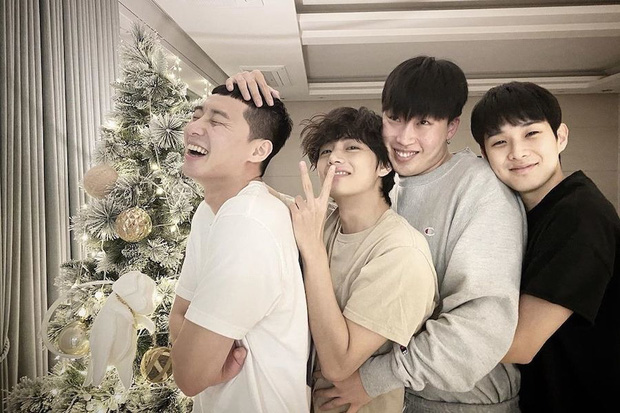 Hiếm có nhóm bạn thân nào như hội Park Seo Joon, V (BTS) và dàn tài tử: Dính nhau mọi dịp lễ, Noel lại gây bão vì ảnh hẹn hò - Ảnh 2.