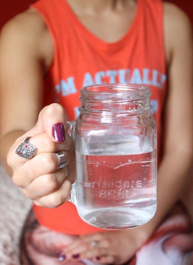 Điều gì sẽ xảy ra nếu bạn uống tới 4 lít nước mỗi ngày: nữ BTV người Mỹ đã thử nghiệm trong 3 tuần và nhận kết quả đáng kinh ngạc - Ảnh 1.