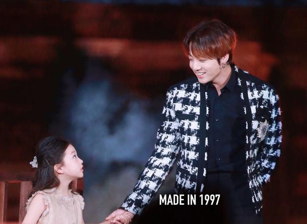Cả triệu ARMY phải ghen tỵ với cô bé này: Được Jungkook (BTS) cưng nựng đầy lịch thiệp, trao ánh mắt cử chỉ đắm đuối - Ảnh 6.