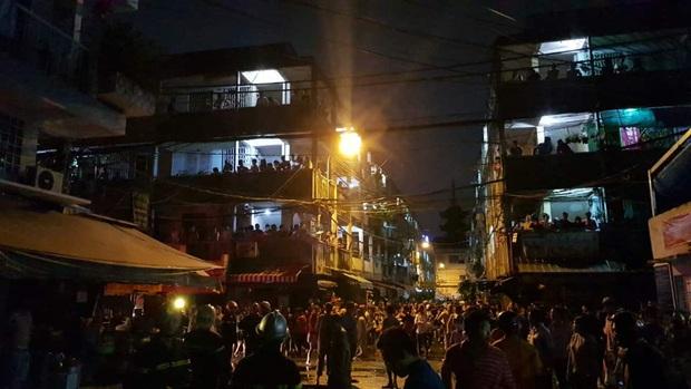 Cháy căn nhà 5 tầng gần chợ ở Sài Gòn, nhiều tiểu thương ôm đồ đạc tháo chạy thoát thân - Ảnh 3.
