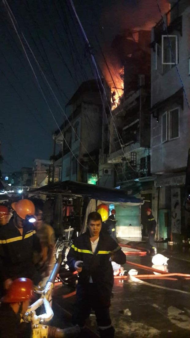 Cháy căn nhà 5 tầng gần chợ ở Sài Gòn, nhiều tiểu thương ôm đồ đạc tháo chạy thoát thân - Ảnh 1.