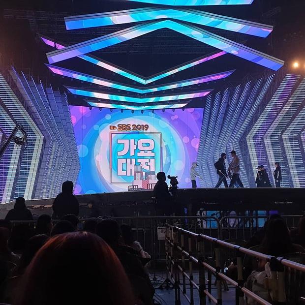Wendy (Red Velvet) bị chấn thương mặt, gãy xương chậu và cổ tay phải vì ngã từ độ cao 2 mét, fan vừa lo vừa lên án SBS vô trách nhiệm! - Ảnh 2.